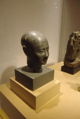 京都市美術館(京セラ美術館)の古代エジプト展で展示される精緻な石像「神官の頭部」