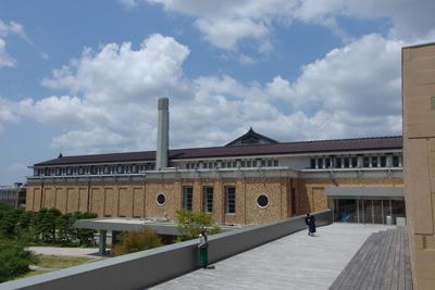 大改修で新たに造られた京都市美術館背面露台から見た、美術館東面や優美な煙突
