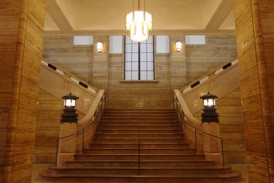 改装された京都市美術館(京セラ美術館)の旧表玄関内の大階段