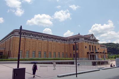 青空に浮かぶ雲を背にした新生・京都市美術館(京セラ美術館)