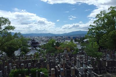 黒谷(紫雲山)山上からみた京盆地の屋並と梅雨明け空