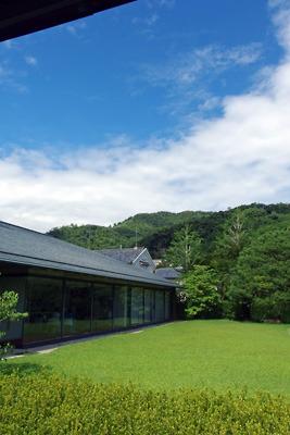 泉屋博古館の中庭越しに見た梅雨明け空と大文字山