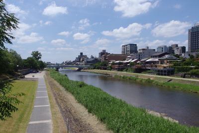 午前中からかなりの暑さに見舞われる、夏空下の京都市街と賀茂川(鴨川)