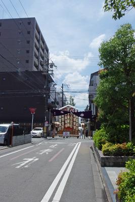 京都市街中心部の御池通から室町通を南下して現れた祇園祭後祭の山鉾「役行者山」