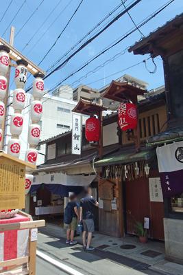 入口が閉ざされた祇園祭後祭の山鉾「鯉山」の会所付近