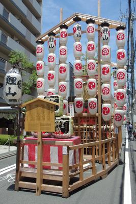 令和3年、室町通上に建てられた祇園祭後祭の山鉾「鯉山」