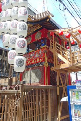 巡行は中止ながら華やかな懸装品で飾られた令和3年の南観音山