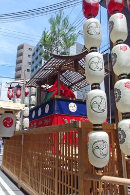 令和3年、室町通に設置された祇園祭後祭の山鉾「役行者山」