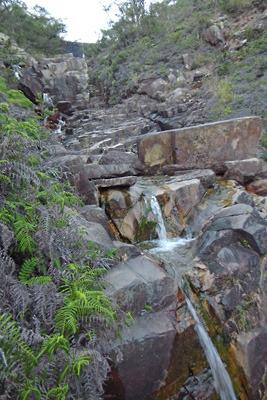岩間を伝い流れる湖南アルプスの山水。2018年10月14日撮影